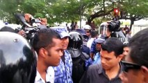 President Nasheed identifies a Police officer who attacked his supporters - August 02, 2012