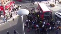 Coincé sous un bus, il est sauvé par une foule de passants