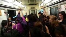 Línea 7 del Metro viaja con puertas abiertas y Una Usuaria Cae fuera Del Metro