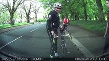Un cycliste tête en l'air se prend une voiture garée en pleine face