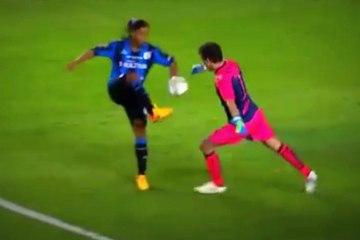 Quand Ronaldinho vole le ballon au gardien pour marquer