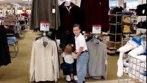 Des enfants trop mignon face à des mannequins de magasin...