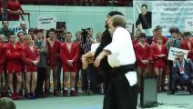 Un Steven Seagal obèse fait une démo d'arts martiaux en russie