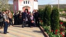 Pendant ce temps en russie : un prêtre orthodoxe se fait porter par un mec à quatre pattes...