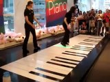 Jouer du piano avec ses pieds : Performance incroyable sur un piano géant - TOCCATA ET FUGUE EN RÉ MINEUR