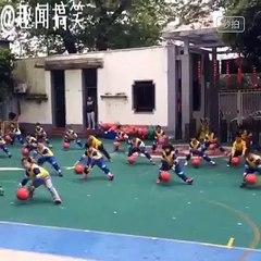 Chorégraphie Débile une chorégraphie d'enfants chinois en mode pro du basket !! sur