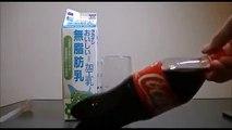 Mix the milk and CocaCola Mélanger du Lait et du CocaCola