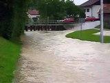 Hochwasser am 3. Juni 2010 am Sportplatz in Altenmarkt - Fluß vor Tribüne