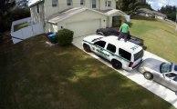 Un taré monte sur la voiture d'un policier et se met à danser! Dingue