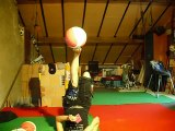 Elle jongle avec 5 ballons allongée sur le dos