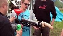 Boire de la bière par un pistolet gode bière