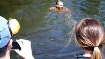 Au ramas uimiti cand l-au vazut ca a sarit in apa langa un....aligator! Socant!