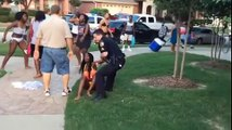 Un policier frappe une adolescente à une « Teen Party » et sort son arme à feu
