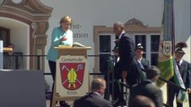 Obama and Merkel Knock Back a Few Beers in Bavaria