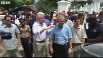 Bush wipes hand on Clintons shirt after shaking hands in Haiti