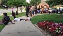 Un flic très agressif arrête sans raison des adolescents à une fête d'anniversaire et sort même son arme!