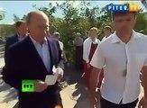 Poutine refuse le baiser d'un prêtre orthodoxe