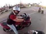 Grosse chute d'un motard à grande vitesse. Belle glissade...