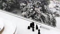 Monjes fransciscanos juegan como niños con la nieve en Jerusalén
