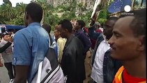 Emergenza migranti: un centinaio bloccati a Ventimiglia manifestano per poter passare il confine