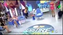 Gli strappano il vestito e resta completamente senza (in diretta)