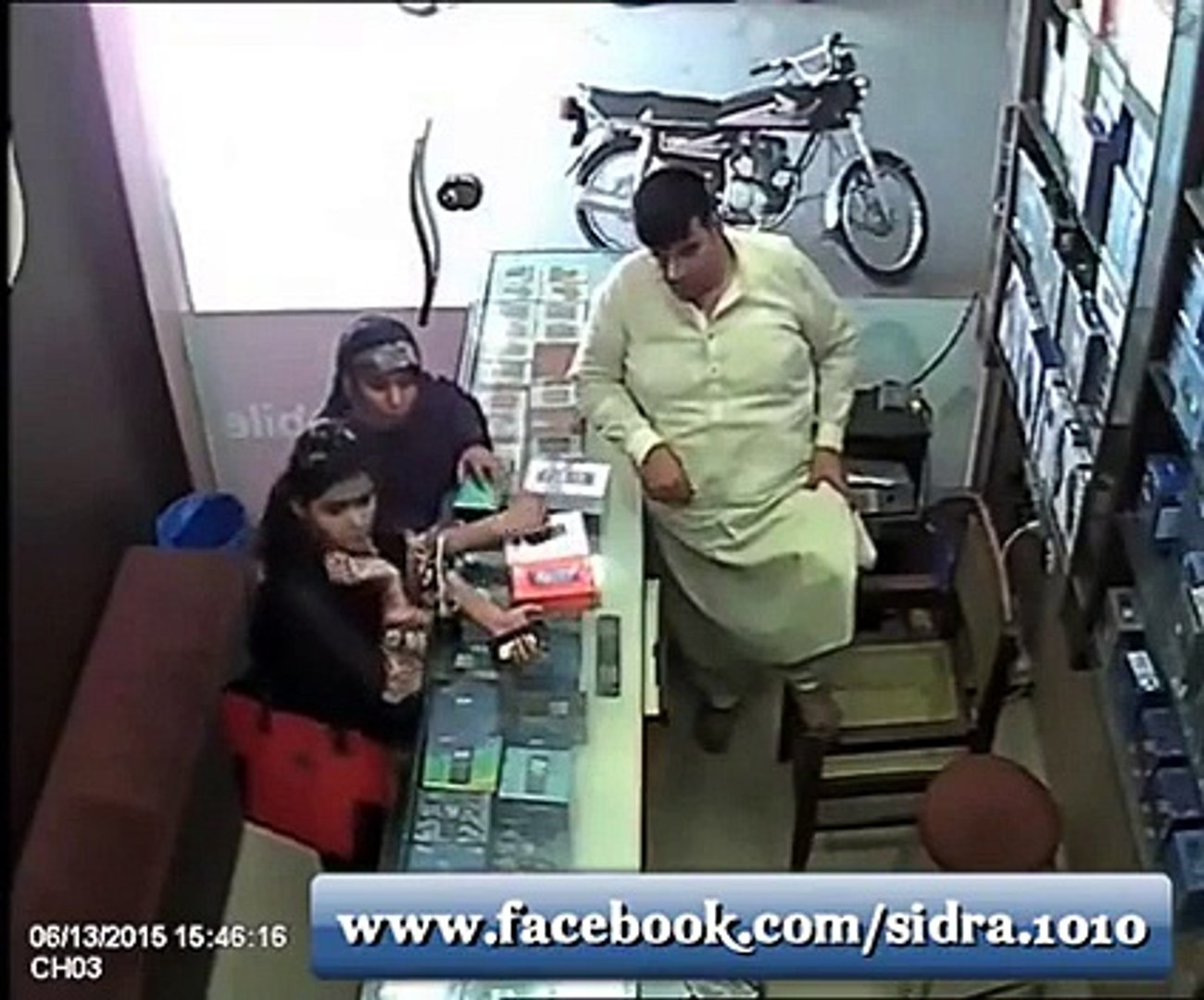 Watch How Smartly Mother & Daughter Stole The Mobile In Front of Shopkeeper