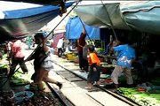 Railway market / Marché de train (Thailand)