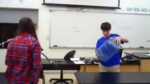 Professeur met le feu à sa classe