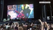 Le chanteur des Foo Fighters se casse la jambe et termine le concert dans le plâtre