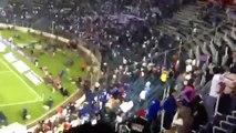 Afición de Cruz Azul invade cancha del Estadio Azul