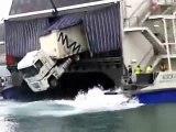Camión a punto de caerse por la popa de un Fast Ferry en el puerto de Ceuta.