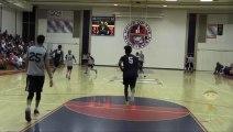 Un joueur universitaire éclate un panier de basket avec un gros DUNK