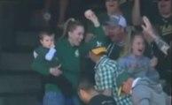 Baseball : Une spectatrice rattrape une balle d'une main avec son enfant dans les bras!