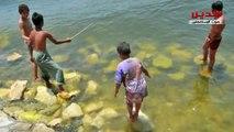 اطفال يهربون من زحمة شم النسيم للسباحة في النيل