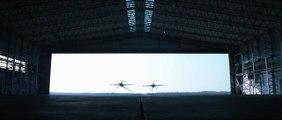 Deux avions volent à travers un hangar