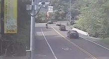 Un ado vole une voiture et fauche deux scooters à la suite