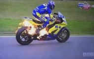 Le pilote Taylor Mackenzie saute de sa moto en feu à 150 km/h
