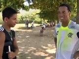 Cleylton, promessa do futebol que teve perna amputada, encontra ídolo Ronaldinho Gaúcho