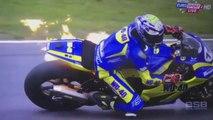 Une moto prend feu pendant une course à 150 km/h (Taylor Mackenzie)