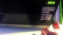Un four micro-onde plutot dangereux qui fonctionne la porte ouverte