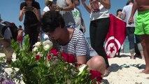 Tunisiens et touristes se recueillent sur le lieu de l'attaque