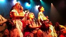 שיר פתיחה-יוסף וכתונת הפסים על הבמה