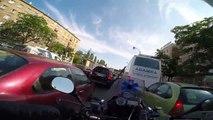 Un transporteur de sang en moto traverse Varsovie à toute vitesse