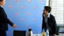 Bernd Lucke räumt Petrys Platz auf der Pressekonferenz der AfD