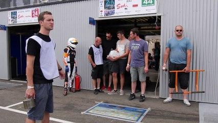 24 Heures Karting 2015 - Changement de pilote sur le Kart #44