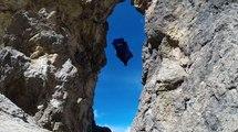 En wingsuit, il passe à travers un trou de 2,70m