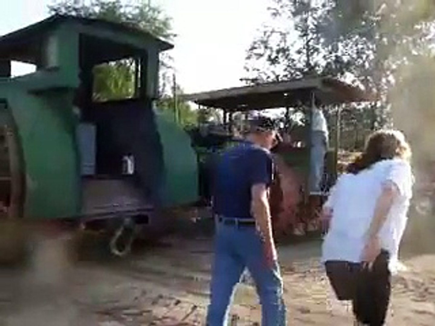 Giant Tractor Farm Motor Threshing Show Machine