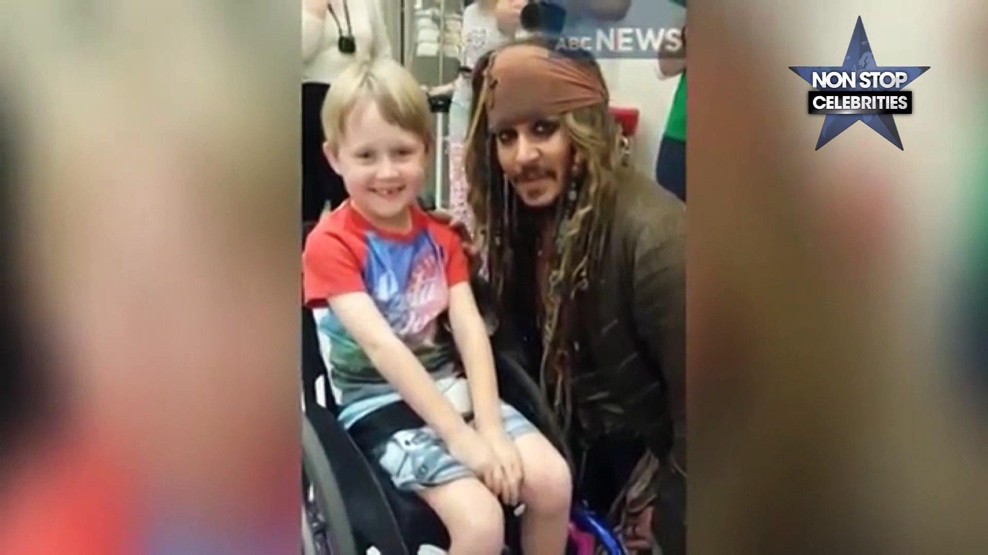 Johnny Depp : Sa visite à des enfants malades déguisé en Jack Sparrow