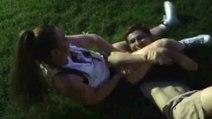Une jolie fille démolit des garçons avec des prises de Jiu-jitsu brésilien