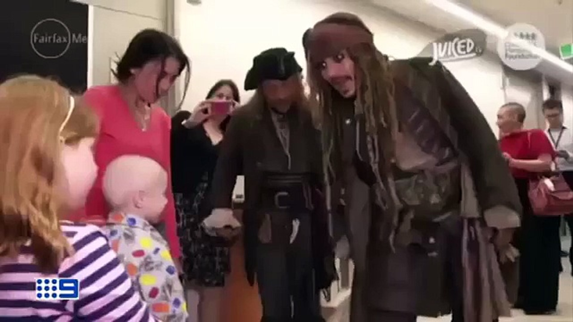Jack Sparrow  fait une visite surprise à des enfants malades, très noble !  Johnny Depp, al